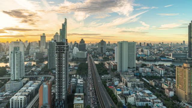 日の出時に交通道路と川とバンコクの街並みのタイムラプス - ズームイン点の映像素材/bロール