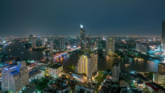 バンコクのスカイラインのパノラマとダウンタウン夜チャオプラヤー川バンコク タイでバンコク市内の高層ビルの 4 k 時間経過。 - チャオプラヤ川点の映像素材/bロール