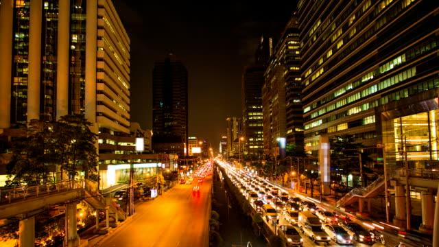 Zeitraffer der Verkehr in Bangkok bei Nacht