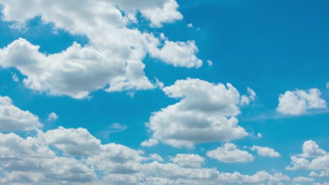 stockvideo's en b-roll-footage met time-lapse van prachtige blauwe hemel witte wolken - alleen lucht