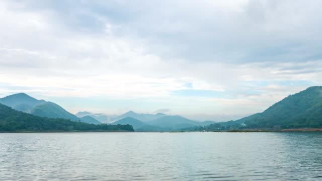 vídeos y material grabado en eventos de stock de lapso de tiempo del hermoso lago y silueta apilar montañas de fondo - ancho