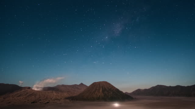 4k time lapse of beautiful milky way at mt.bromo, indonesia. - paesaggio spettacolare video stock e b–roll