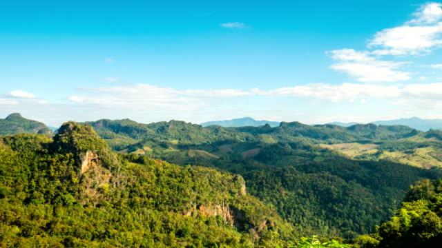 Zeitraffer der Schönen Naturansicht des Berges mit blauem Himmel
