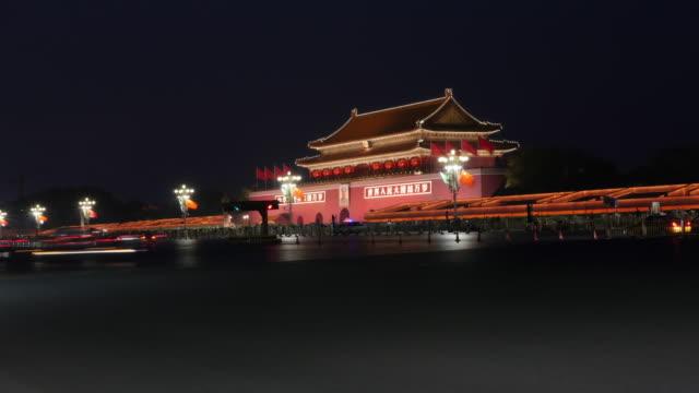 time lapse of beijing tiananmen square traffic - 中国の国旗点の映像素材/bロール