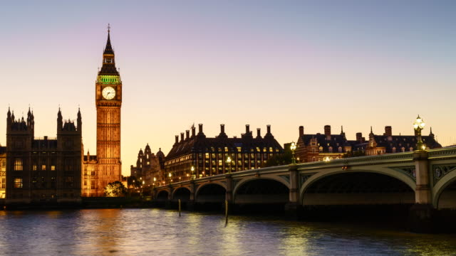 vídeos de stock, filmes e b-roll de time lapse of big ben and houses of parliament at dusk - big ben