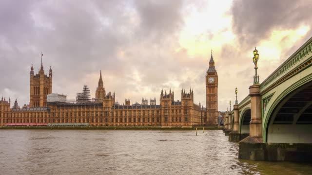 Zeitraffer von Groß Ben und den Häuser der Parlament