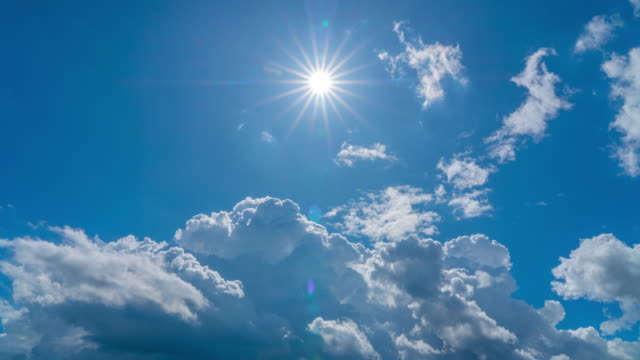 vídeos de stock e filmes b-roll de 4k time lapse of blue sky moving cloudy with sharp sun rays in summer - luz solar