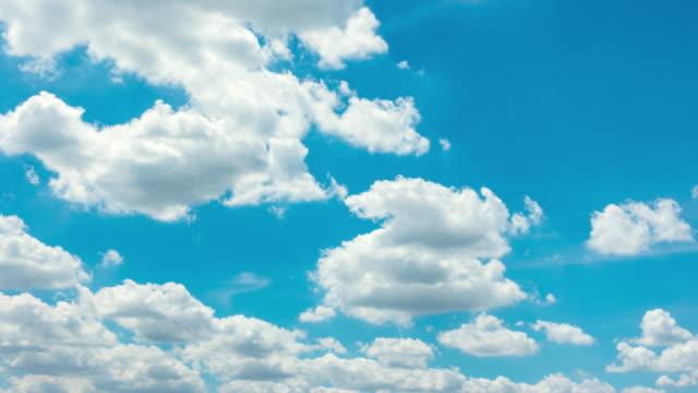 vídeos y material grabado en eventos de stock de lapso de tiempo de las nubes blancas de cielo azul - buena condición