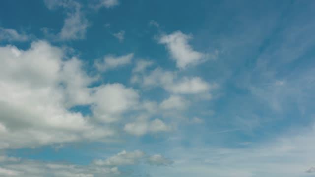 vidéos et rushes de laps de temps de nuages blancs bleu ciel - ciel seulement