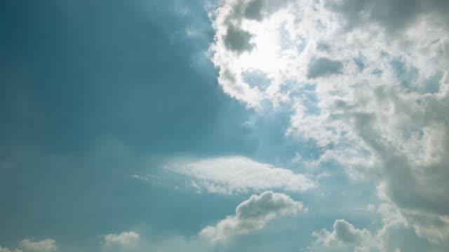vídeos y material grabado en eventos de stock de lapso de tiempo de las nubes blancas de cielo azul. - mckyartstudio