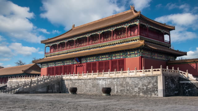stockvideo's en b-roll-footage met 4k time lapse of blue sky with clouds and ancient buildings in the forbidden city, beijing, china - verboden stad
