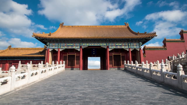 4k time lapse of blue sky with clouds and ancient buildings in the forbidden city, beijing, china - verboten stock-videos und b-roll-filmmaterial