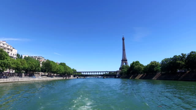 time lapse of boat on the seine river in paris - replica eiffel tower stock videos & royalty-free footage