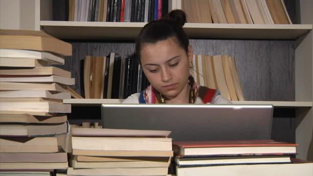 vídeos de stock, filmes e b-roll de intervalo de tempo de livros - adolescentes meninas