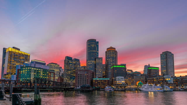 4k time lapse of boston harbor cityscape vom fan pier park in massachusetts, vereinigte staaten - boston massachusetts stock-videos und b-roll-filmmaterial