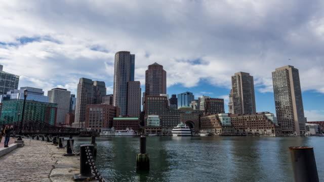 vídeos y material grabado en eventos de stock de boston - circa 2014: time lapse of boston skyline from the dock in a sunny and cloudy day - río charles