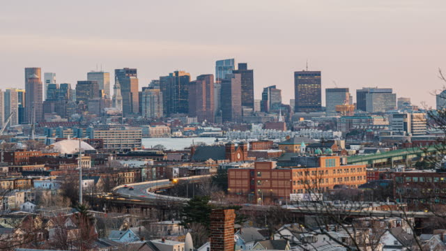 4k zeitraffer der skyline von boston, die zakim bridge und tobin bridge mit express-weg über das boston cityscape in massachusetts, usa sehen kann - boston massachusetts stock-videos und b-roll-filmmaterial