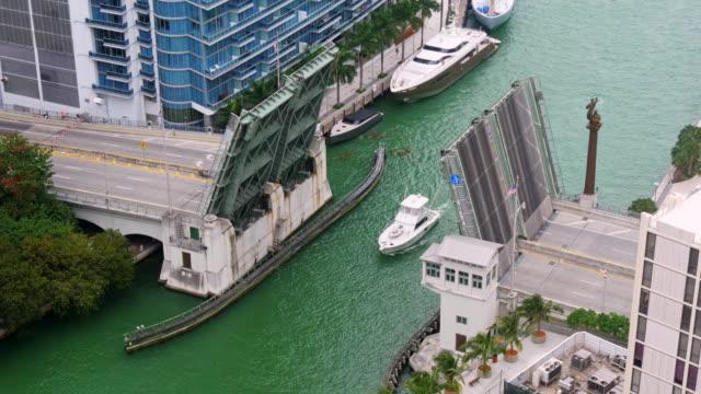vídeos y material grabado en eventos de stock de time lapse of brickell avenue bridge opening up in miami downtown. view from above. medium shot, zoom in - alto descripción física