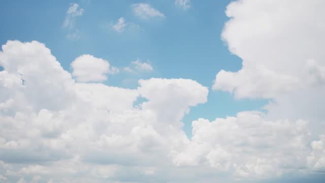 vidéos et rushes de laps de temps de l'arrière-plan nuage de ciel lumineux.4k dci. images. - cumulonimbus