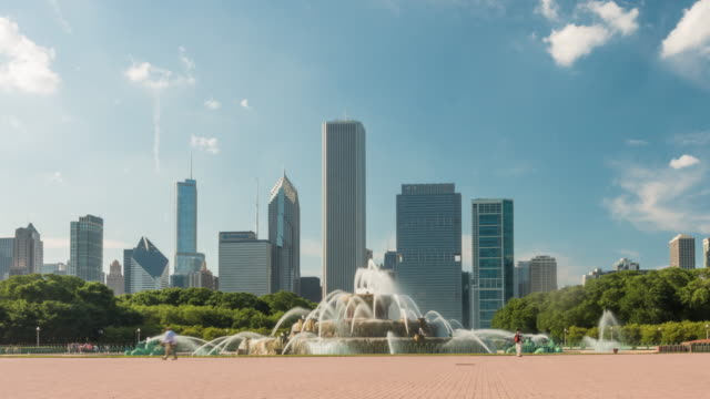 time lapse of buckingham fountain in grant park, chicago, usa. - buckingham fountain stock videos & royalty-free footage