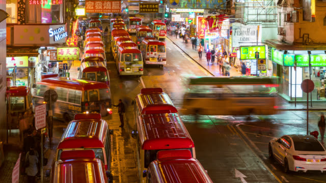 Time lapse van bus terminal op Fa Yuan markt en Lady Market Mongkok in Kowloon Hong Kong China 's nachts