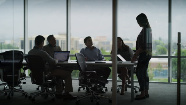 vídeos de stock e filmes b-roll de time lapse of business people beginning and ending meeting in conference room / pleasant grove, utah, united states - employee
