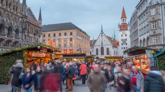 time lapse of busy christmas market in marienplatz, munich, bavaria, germany, europe - rathaus stock videos & royalty-free footage