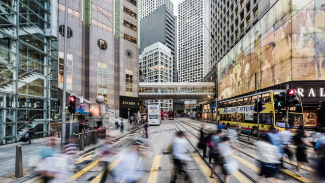 vídeos de stock, filmes e b-roll de time lapse of busy street on hong kong island, at pedestrian crossing - hong kong