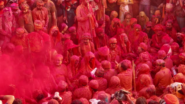 time lapse of camera person photogrpahing people chanting prayers in a temple during holi, festival of colors - spiritualität stock-videos und b-roll-filmmaterial