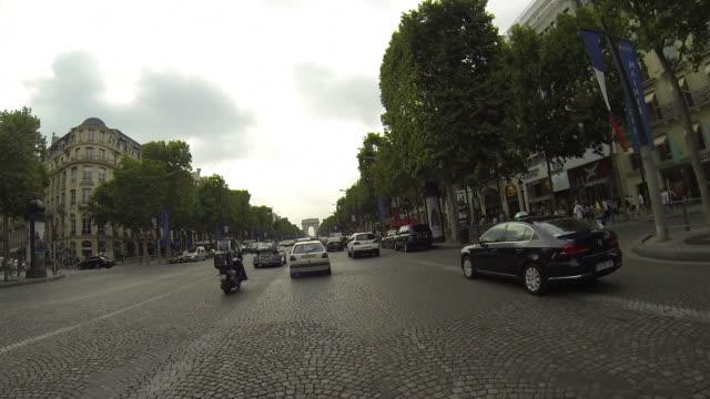 vídeos de stock e filmes b-roll de lapso de tempo de condução mínimos de champ elysées em paris - car point of view