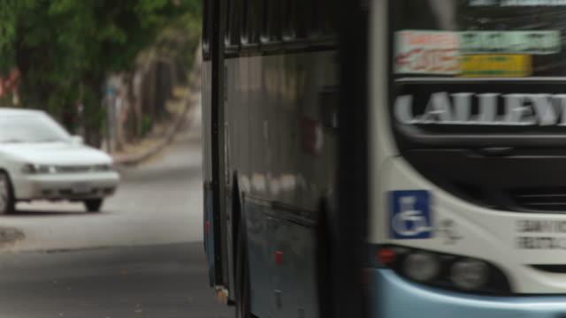 vídeos y material grabado en eventos de stock de time lapse of cars on city street - costa rica