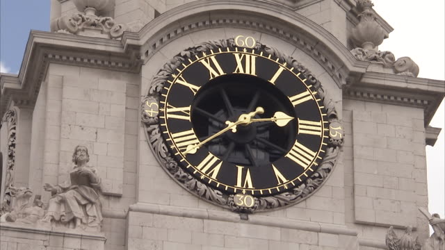 time lapse of clock tower on st paul's cathedral london available in hd. - römische zahl stock-videos und b-roll-filmmaterial