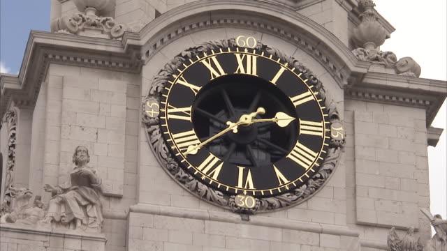 time lapse of clock tower on st paul's cathedral london available in hd. - romersk siffra bildbanksvideor och videomaterial från bakom kulisserna