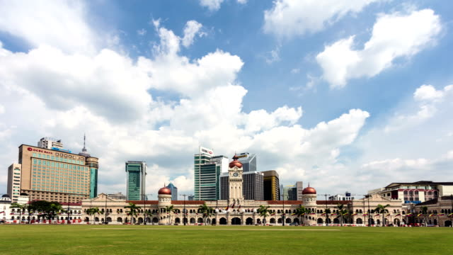 time lapse of clouds above the abdul samad building in kuala lumpur, malaysia - sultan abdul samad gebäude stock-videos und b-roll-filmmaterial