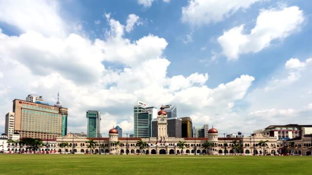 vídeos y material grabado en eventos de stock de time lapse of clouds above the abdul samad building in kuala lumpur, malaysia - edificio del sultán abdul samad