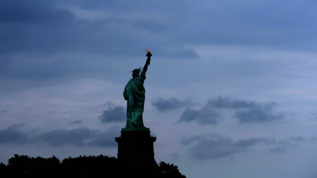 time lapse of clouds and statute of liberty - freiheitsstatue stock-videos und b-roll-filmmaterial