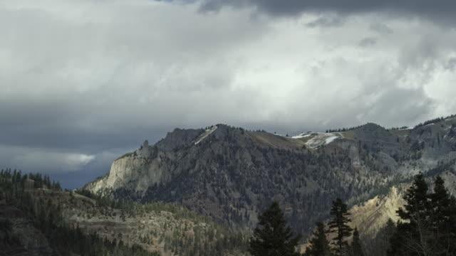 冬にユーレイ、コロラド州のサンファン山脈、ロッキー山脈の上雪に覆われたピークを吹く雲の時間経過 - ユアレイ市点の映像素材/bロール