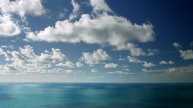 vídeos de stock e filmes b-roll de time lapse of clouds drifting over calm ocean / pacific ocean, north island, new zealand - horizonte
