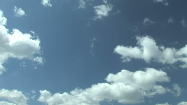 vídeos y material grabado en eventos de stock de time lapse of clouds in sky - treinta segundos o más
