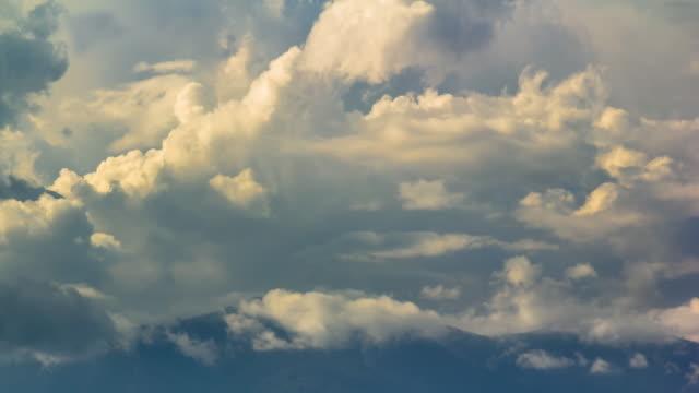 時間の経過の雲の移動で覆われた山々