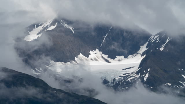 vídeos de stock e filmes b-roll de time lapse of clouds moving in front of glaciers - gelo