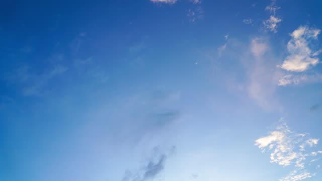 zeitraffer der wolken, die sich am himmel bewegen - fensterfront stock-videos und b-roll-filmmaterial
