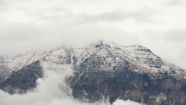 vídeos de stock e filmes b-roll de time lapse of clouds moving over timpanogos mountain - provo