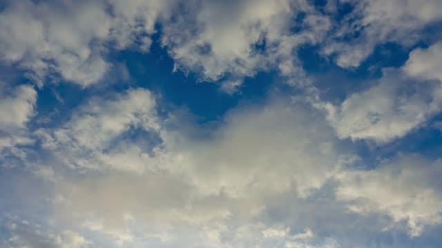 vídeos de stock e filmes b-roll de 4k time lapse of clouds with blue sky - televisão de ultra alta definição