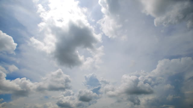 Tidsfördröjning för av molnlandskap med ljusa solen skiner med moln passerar.