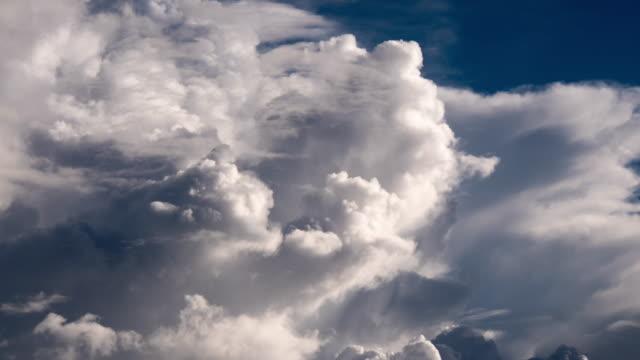 vidéos et rushes de laps de temps nuageux avant la tempête - cumulonimbus