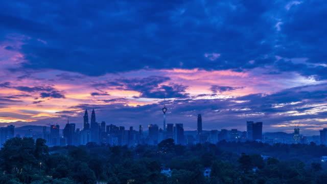 vídeos y material grabado en eventos de stock de 4k time lapse of cloudy sunrise over downtown kuala lumpur, malaysia. - detalle arquitectónico exterior