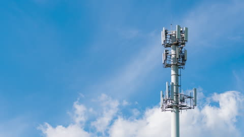 vídeos y material grabado en eventos de stock de lapso de tiempo de la torre de comunicación - torre estructura de edificio