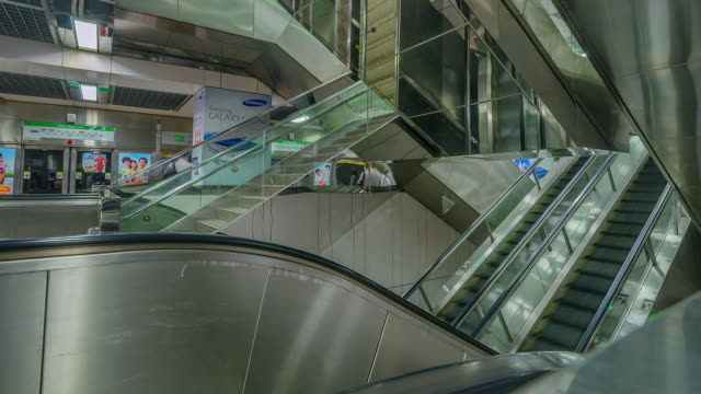 time lapse of commuters on escalator, singapore, singapore. - rolltreppe stock-videos und b-roll-filmmaterial