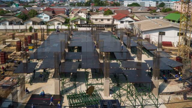 vídeos de stock, filmes e b-roll de lapso de tempo de construção local (zoom e vista aérea - pile driver